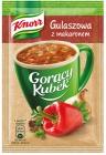 Taza Knorr caliente de cocido húngaro con los tallarines