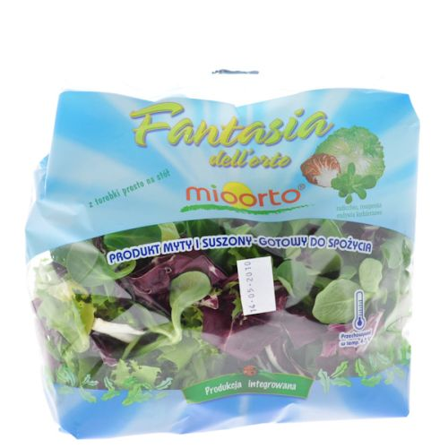 Смешайте микс-салат зазубренный салат, салат ягненка, красный радиккио.
