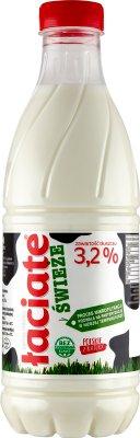 leche UHT en una botella de 3,2 % de grasa pasteurizada